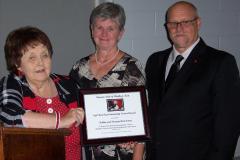 Kiwanian-Lyn-Allison-present-Kathy-and-Derwyn-Armstrong-with-the-2017-Syd-Kemsley-Community-Service-Award